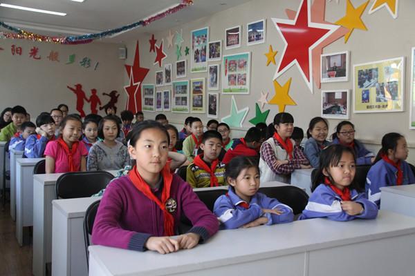 此外,四年级3班马可函同学的奶奶——张丽叶老师也带来了一节美术课.